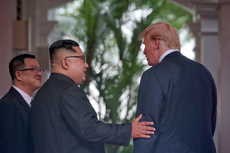 A megbeszélésre csak tolmácsok és a legfontosabb elnöki tanácsadók mehettek be /Fotó: MTI/EPA/The Straits Time/Kevin Lim