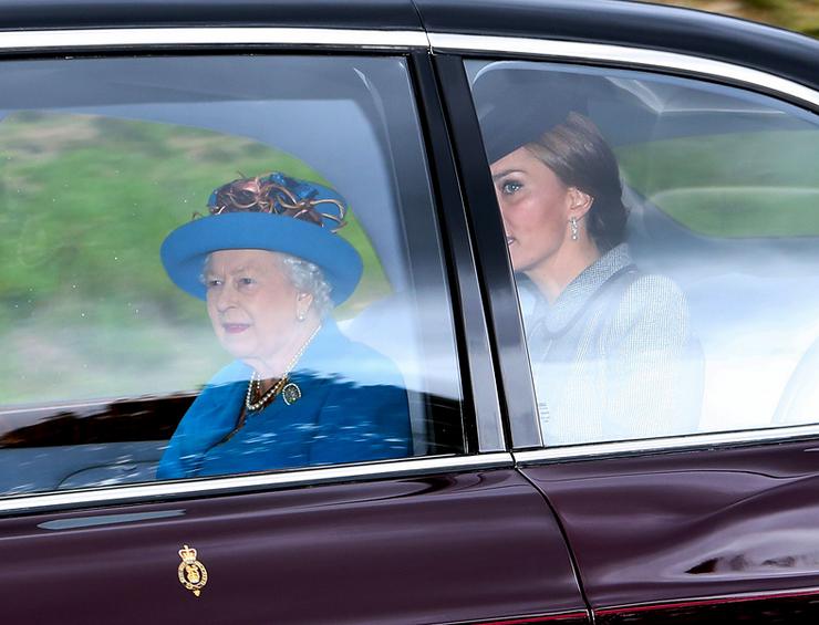 Most a királynővel utazott, amikor fotózták.