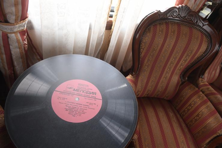 Még arra is ügyelnek, hogy a zene régi hanglemezekről szóljon, elősegítve a múltidézést /Fotó: Profmedia-Red Dot
