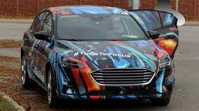 Nowy Ford Focus z nietypowym maskowaniem przyłapany na testach