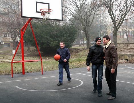 Aleksandar Šapić na novoizgrađenom košarkaškom terenu u Rakovici