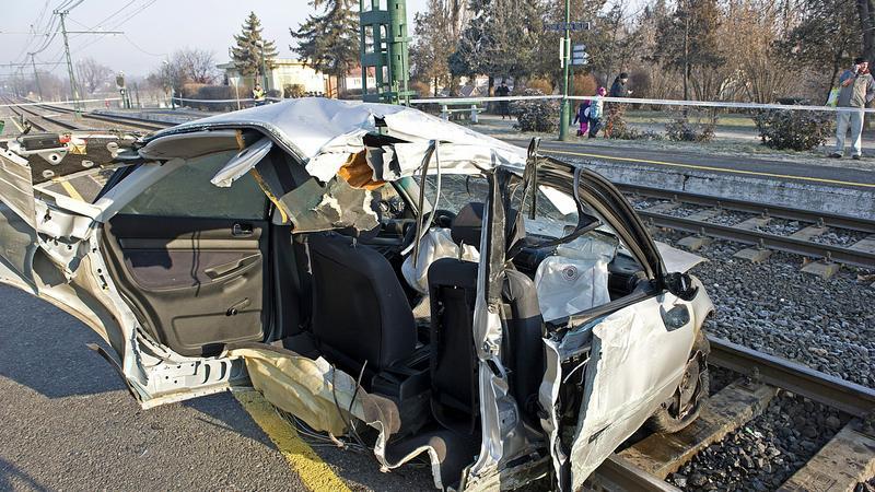 Az autó a becsapódástól kettétört /Fotó: MTI - Lakatos Péter