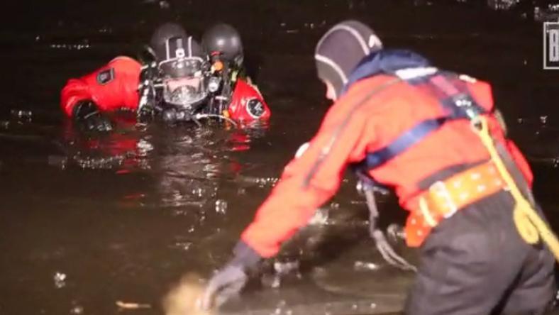 A tűzoltók is nehezen boldogultak az iszapos, jeges vízben