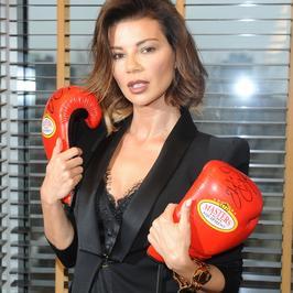 Edyta Górniak z rękawicami bokserskimi i dekoltem