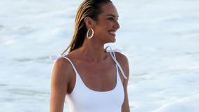 Candice Swanepoel w stroju kąpielowym. Ciężarna modelka zachwyca figurą