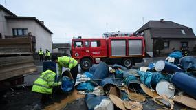 Ciężarówka zgubiła dwustulitrowe beczki