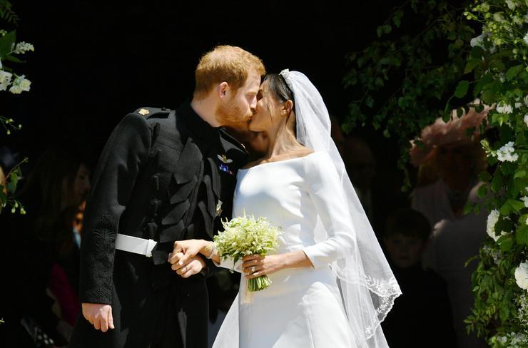 Noha pompában és rangban kissé elmaradt Vilmos herceg és Katalin hercegnő 2011-es frigyétől: májusban így is a fél világ Harry herceg és Meghan Markle esküvőjére figyelt. Az esemény pedig nem is cáfolt rá a várakozásokra, a hollywoodi történetbe illő szerelem betetőzése sok ikonikus pillanatot szült, de a legemlékezetesebb talán az első hitvesi csók marad /Fotó: Getty Images