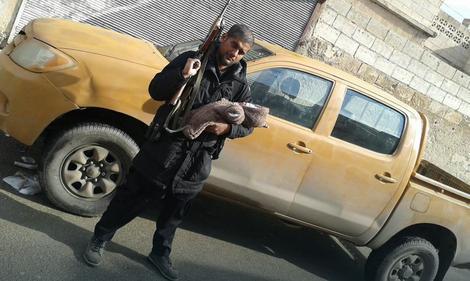 Sidarta Dar u jednoj ruci drži pušku, a u drugoj sina. Fotografija je snimljena po njegovom dolasku u Siriju. Veruje se da je on