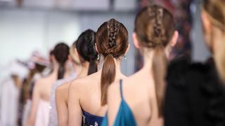 Trend w fryzurach: dobierany warkocz w szykownym stylu. Jak go zrobić?