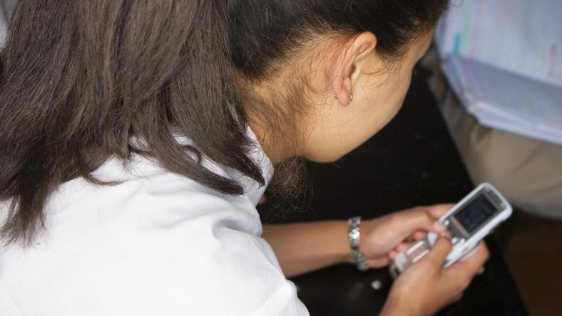 A lány telefonon, SMS-ben zaklatta a fiút (illusztráció) / Fotó: Europress-Thinkstock