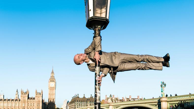 Kristina Kashtanova fotós készítette a sorozatot, melyen atléták szemkáprásztató jógapózokban feszítenek (a képen London, a Big Ben előtt)