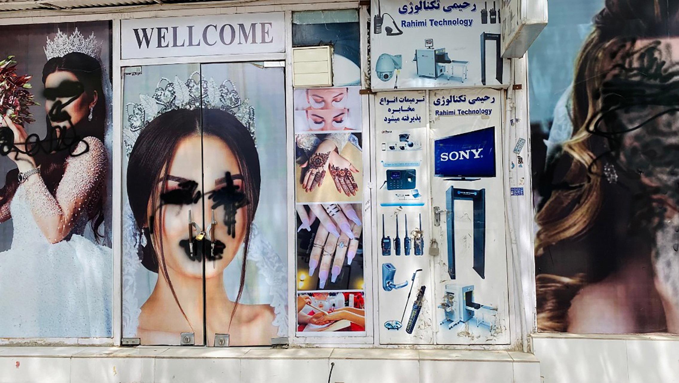 Fotók Kabulból, melyek megmutatják, hogy bánnak a nőkkel a tálibok - Blikk