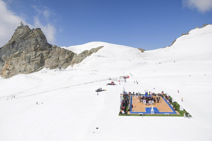 Kosárlabda a svájci Alpokban / Fotó: MTI