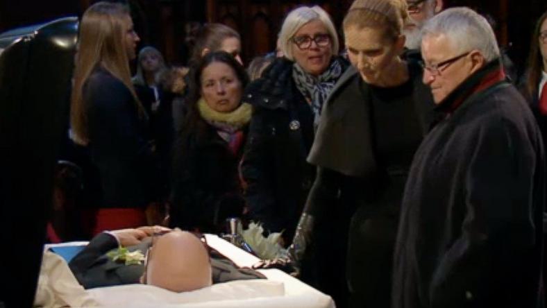 Céline megsimogatta elhunyt férje vállát a ravatalnál/ Fotó: Profimedia Reddot