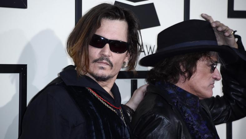 Johnny Depp lógó, zsaros hajjal, részegen jött a díjátadóra / Fotó:MTI