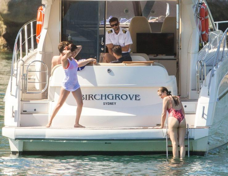 Az énekesnő barátaival együtt mártózott meg a hűsítő vízben / Fotó: Profimedia-Reddot
