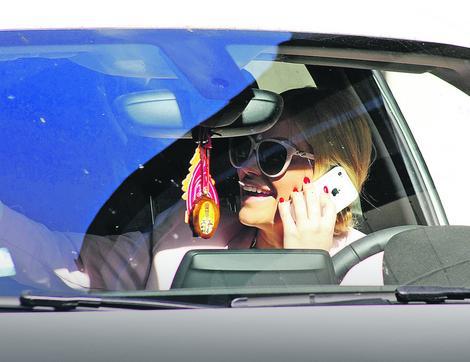 Ništa nije smešno: Nataša Bekvalac sa ajfonom za volanom