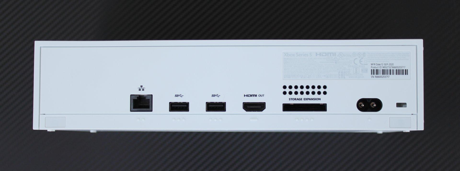 Okrem jedného predného USB sú všetky porty vzadu.