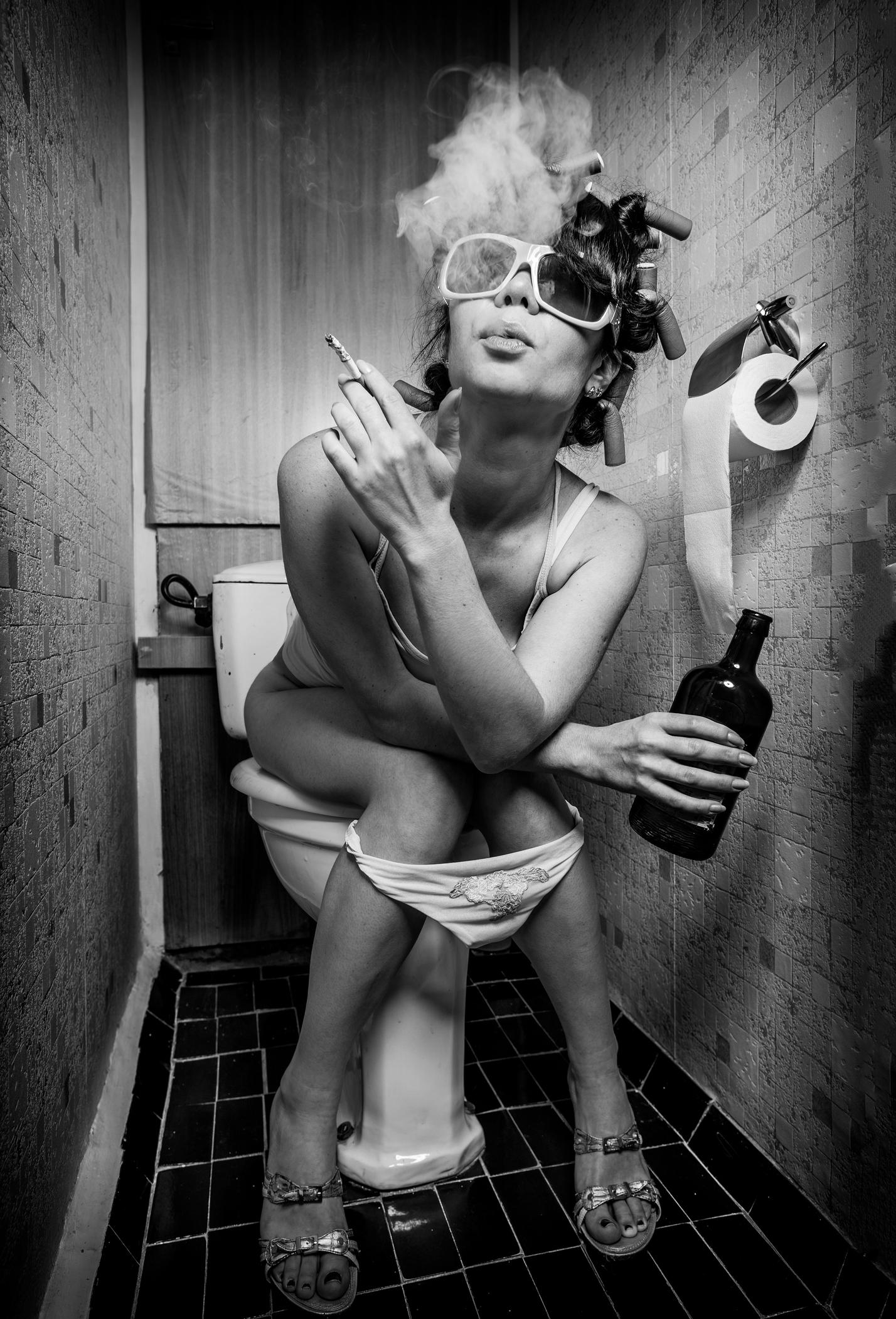 неё нахлынул фото женщина курит на унитазе сексуальных
