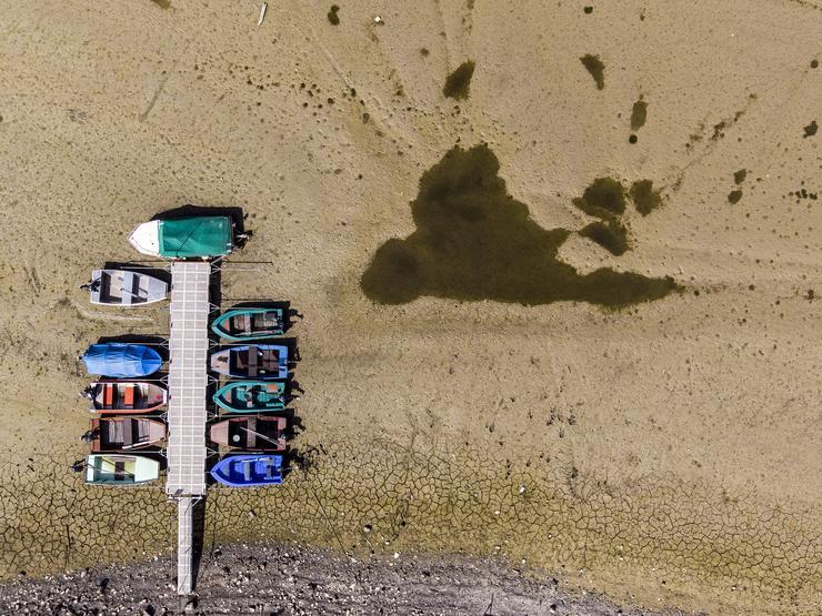 Csupán néhány víztócsa maradt meg a mederben - Fotó: MTI/EPA/Anthony Anex