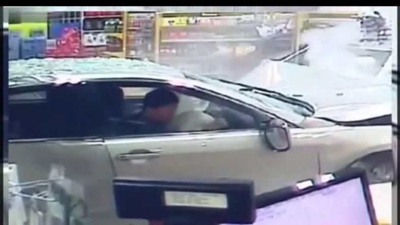 Így csapódott az autó a boltba