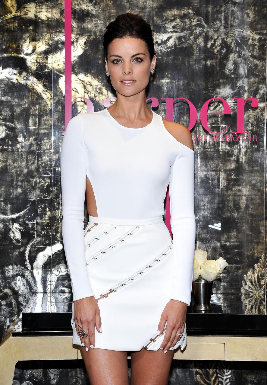 Jaimie Alexander w białej sukience Mugler