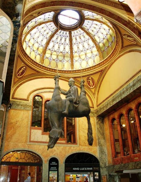 Praga, Koń - rzeźba Davida Cernego w pałacu Lucerna