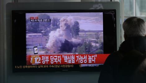 Građanin Južne Koreje gleda vesti o nuklearnoj probi na Severu
