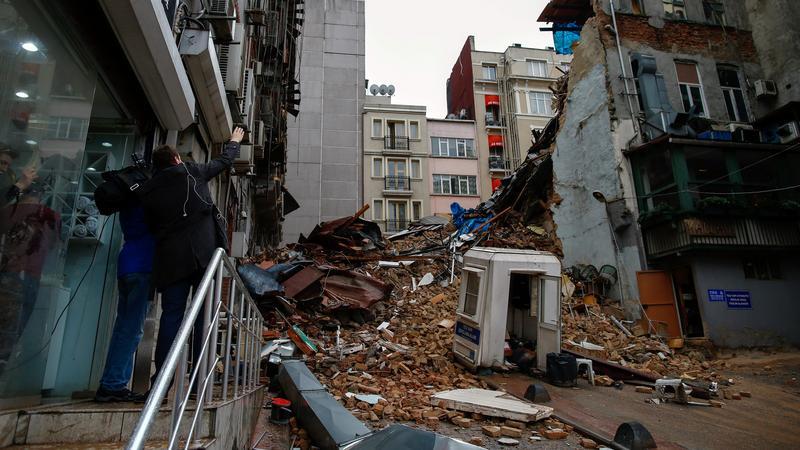 Összeomlott két ház Isztambulban - Fotó: MTI