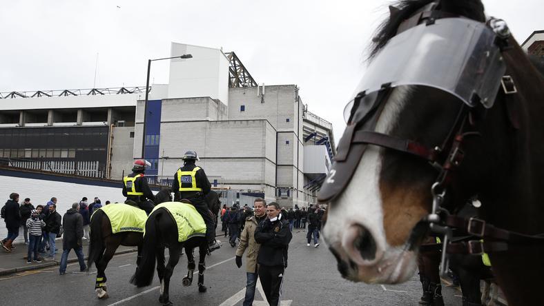 Lovas rendőröket vetettek be a szurkolók ellen/Fotó: AFP