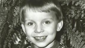 Chłopiec ze zdjęcia świętuje dzisiaj 38. urodziny! Dziś to znany piosenkarz. Poznajecie?