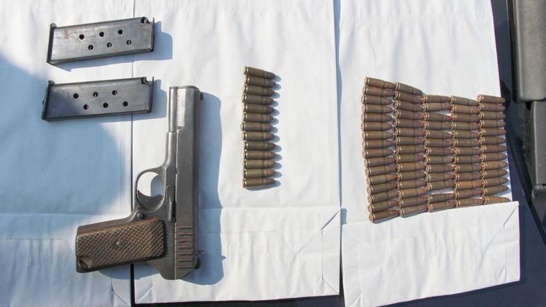 A berúgott férfinál ezt a fegyvert és 83 lőszert is találtak a rendőrök /Fotó: police.hu