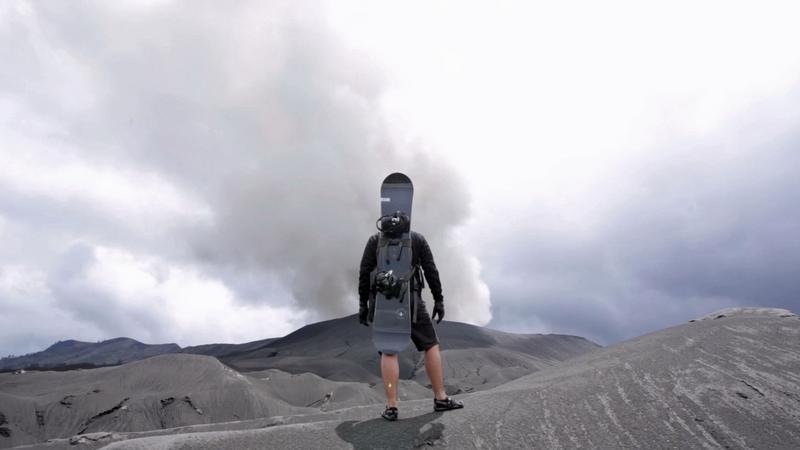 Aktív vulkánon snowboardozik a srác / Fotó: Profimedia-Reddot