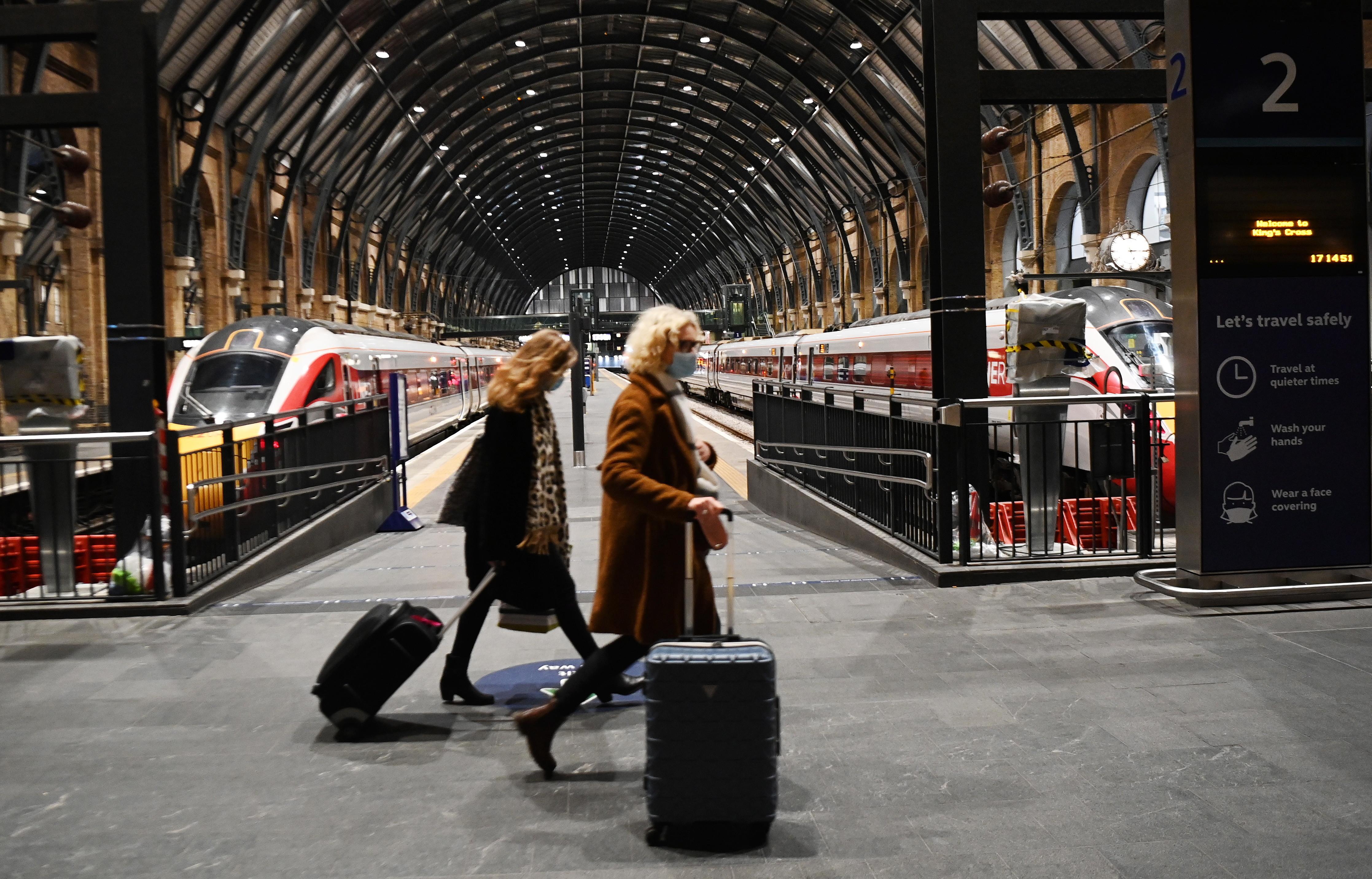 Koronawirus Wielka Brytania Policja Na Dworcach W Londynie Egzekwuje Zakaz Podrozy W Zwiazku Z Mutacja Koronawirusa Podroze