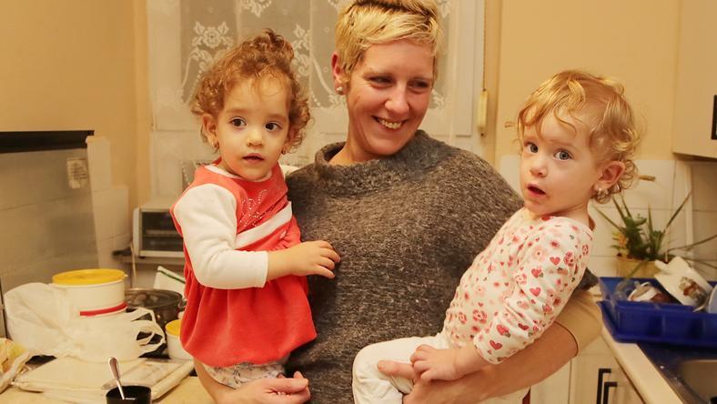 Betti, az anyuka azt reméli, hogy Nadint (jobbra) meggyógyítják  a kezelések, s boldogan élhet ikertestvérével, Aisával / Fotó: Grnák László