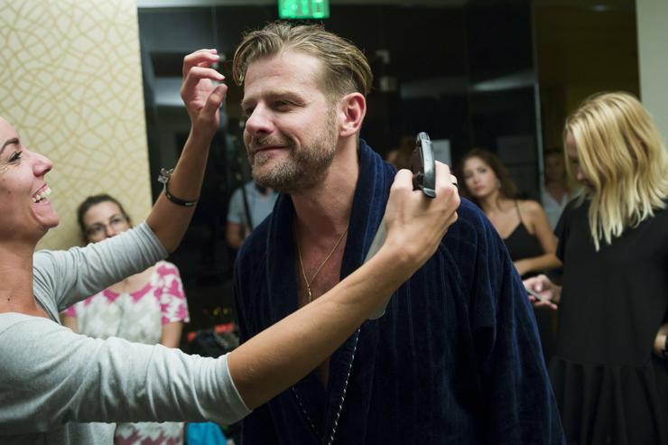 Kamarás Iván színész haját igazítják /Fotó: MTI-Mohai Balázs