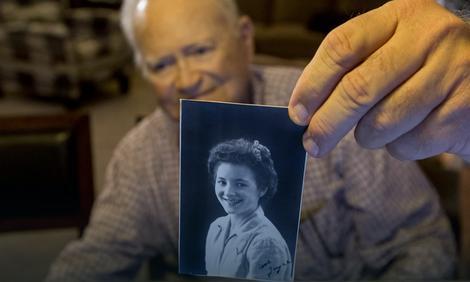 Norvud Tomas pokazuje sliku Džojs Moris