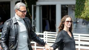 Jeff Goldblum z ciężarną żoną na spacerze. 64-letni aktor wkrótce po raz drugi zostanie ojcem