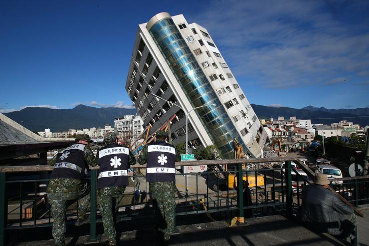 Februárban tarolta le Tajvan egy részét egy 6,4-es erősségű földrengés,  amely során életveszélyesen megdőlt ez a szálloda. Bár az épületet egyértelműen bontásra ítélték, előtte bátor tűzoltóknak kellett átkutatniuk esetleges túlélők után. Ketten haltak meg az épület megroggyanásakor /Fotó: MTI/ EPA/ Richie B. Tongo
