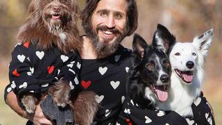 Nowojorczyk i jego pies w takich samych stylizacjach