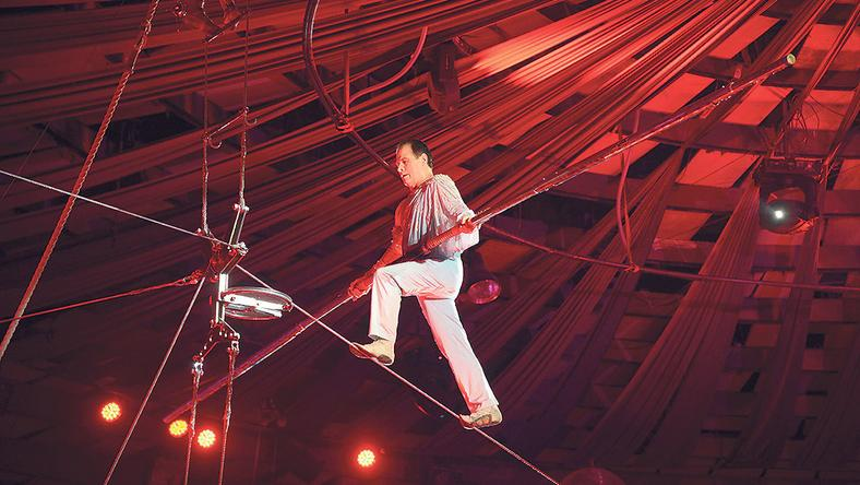 A kötéltáncos felment a pihenőhelyére, innen csúszott volna le háton a kötélen