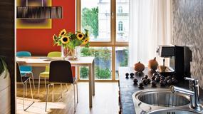 Niepowtarzalny klimat mieszkania Kasi i Darka. Wzrok przykuwają kolorowe ściany, obrazy i orientalne akcenty
