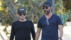 Eva Longoria w zaawansowanej ciąży i bez makijażu na spacerze z mężem