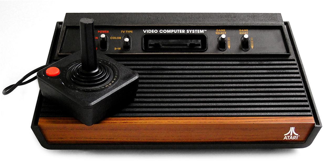 Takto vyzerala herná konzola Atari 2600.