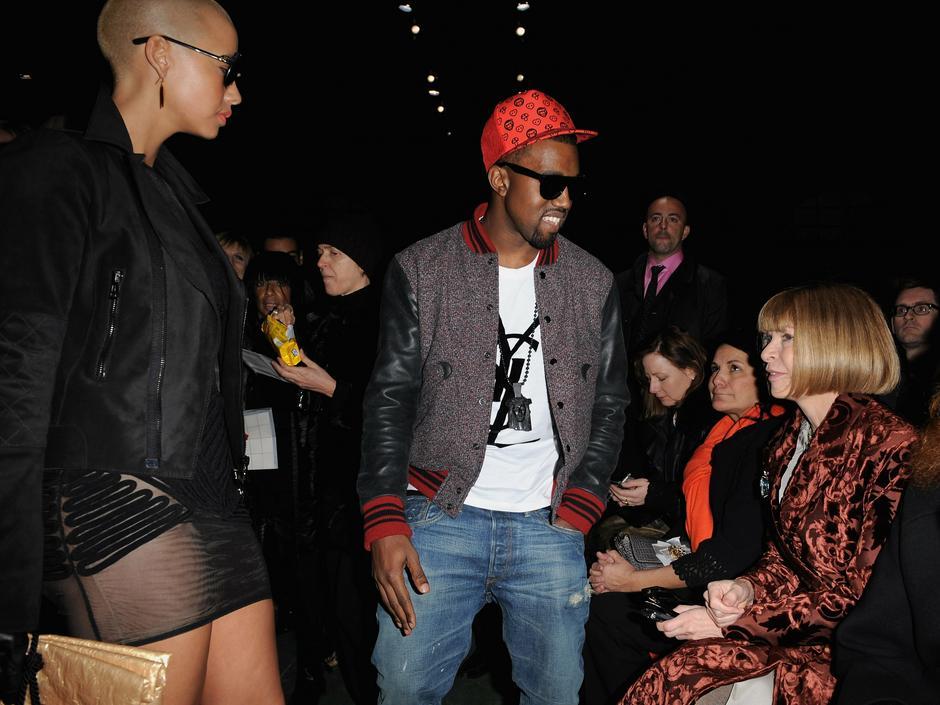Kanye West z ówczesną dziewczyną, Amber Rose, na pokazie Givenchy w 2009 roku / Getty Images