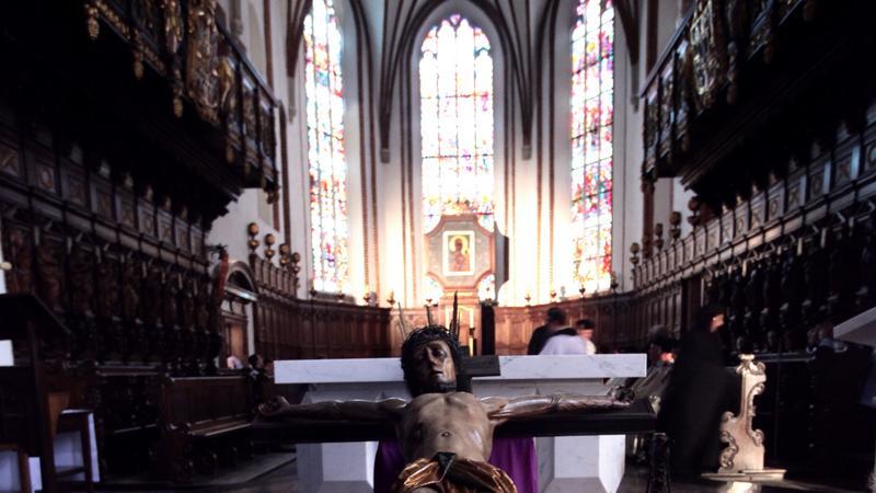 Adoracja XVI wiecznego krucyfiksu z kaplicy Baryczków, fot. PAP/Tomasz Gzell