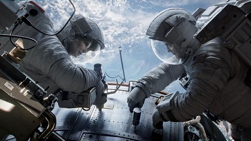 """Kadr z filmu """"Grawitacja"""" (reż. Alfonso Cuarón)"""