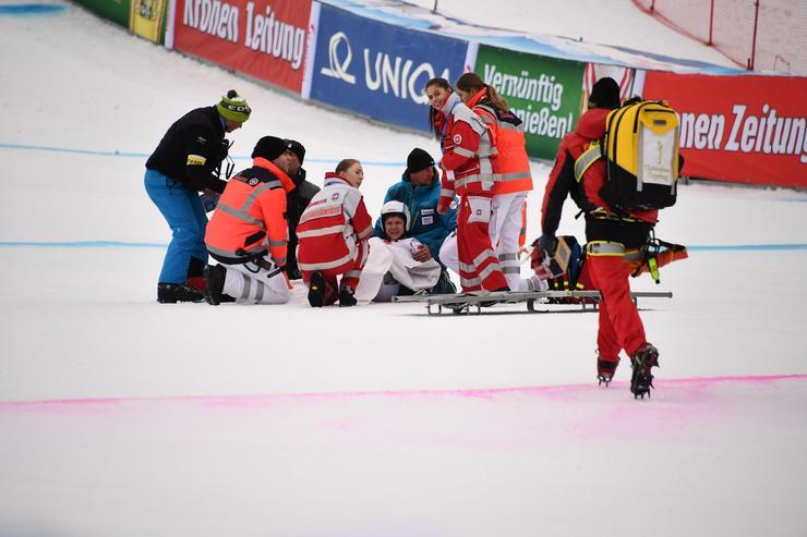 Azonnal a segítségére siettek / Fotó: MTI / EPA - Christian Bruna