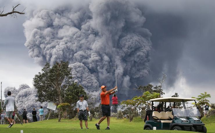 Hetekig szóltak a hírek a hawaii Nagy Szigeten kitört Kilauea vulkánról, rengeteg emlékezetes fotót készítettek a helyszínről tudósító fotósok. Ezek közül is kiemelkedett az amerikai nemtörődömséget – vagy fordítva nézve: vakmerőséget – tökéletesen ábrázoló fotó, amelyet Mario Tama készített a vulkáni felhő előtt nyugodtan golfozó turistákról /Fotó: Getty Images