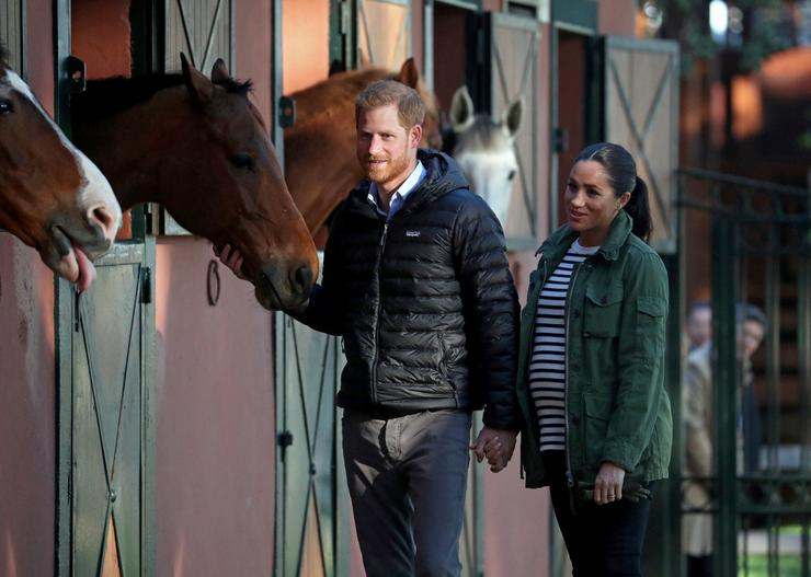 Harry herceg és állapotos felesége, Meghan Marokkóban barátkozott a lovakkal /Fotó: MTI/EPA/Hannah McKay